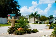 Почтовый ящик в американском neighbrohood среднего класса в дне лета солнечном с спокойной сиротливой улицей Стоковые Изображения RF
