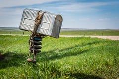 Почтовый ящик металла фермеров старый с уздечкой в оболочке вокруг ее в сельском Саскачеване, Канаде стоковая фотография rf