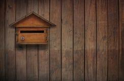 Почтовый ящик на старой деревянной стене, старый деревянный почтовый ящик Стоковые Изображения