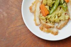 Пошевелите зажаренную цветную капусту с цыпленком отбензинивания моркови и гороха сада на плите Стоковое Фото
