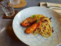 Пошевелите внутри спагетти с shirmps Стоковая Фотография