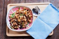 Пошевелите увольнянного цыпленка с гайками анакардии известная тайская еда стоковая фотография