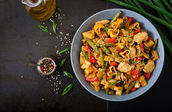 Пошевелите фрай от филе цыпленка, зеленых фасолей и паприки с макаронными изделиями Стоковое Фото
