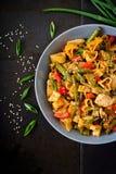 Пошевелите фрай от филе цыпленка, зеленых фасолей и паприки с макаронными изделиями Стоковая Фотография RF