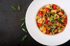 Пошевелите фрай от филе цыпленка, зеленых фасолей и паприки с макаронными изделиями Стоковое Изображение