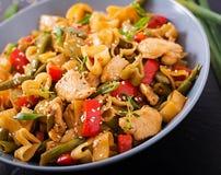 Пошевелите фрай от филе цыпленка, зеленых фасолей и паприки с макаронными изделиями Стоковое Изображение RF