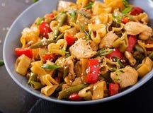 Пошевелите фрай от филе цыпленка, зеленых фасолей и паприки с макаронными изделиями Стоковая Фотография