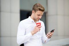 Пошлите сообщение Кофе напитков человека прочитал предпосылку сообщения городскую Начните большой день Бизнесмен ослабляя с утром стоковое изображение rf