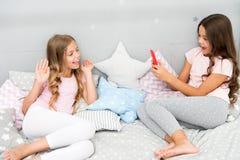 Пошлите фото социальную сеть используя smartphone Smartphone для развлечений Дети принимая видео стрельбы фото Smartphone стоковое фото rf