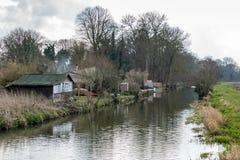 ПОШЛИТЕ, SURREY/UK - 25-ОЕ МАРТА: Старая деревянная лачуга около Papercourt Lo стоковые фотографии rf