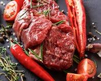 Пошутите над стейком, специями и овощами глаза на черной предпосылке Стоковые Фотографии RF