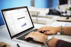 Пошлите концепцию отчете о приложения диаграммы дела электронной почты стоковое изображение