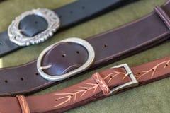 Поясы и пряжки для одежд на таблице Стоковое Фото