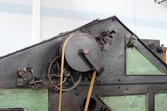 Поясы и шкивы в фабрике старого хлопка обрабатывая стоковое фото rf
