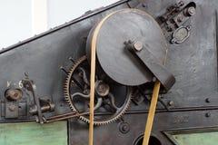 Поясы и шкивы в фабрике старого хлопка обрабатывая стоковая фотография rf