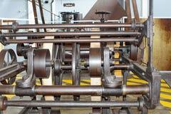 Поясы и шкивы на машинном оборудовании в фабрике старого хлопка обрабатывая стоковое изображение