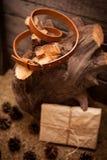 Пояс Брайна кожаный для женщин и подарка на деревянном Стоковое фото RF