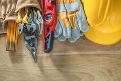 Пояс инструмента уровня конструкции перчаток безопасности шлема здания на wo Стоковое фото RF