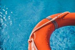 Пояс спасателя (томбуя жизни) в воде Стоковые Фото