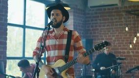 Поя гитарист в шляпе сток-видео