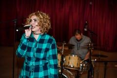 Поя девушка на концерте Стоковое фото RF