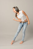 Поя девушка с наушниками наслаждается танцем Стоковое Фото
