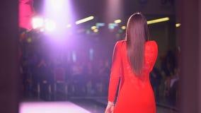 Поя художник девушки в красном платье на сцене, заднем взгляде певицы девушки в светах этапа Песня петь молодой женщины на в реал сток-видео