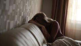 Подавленная женщина в кровати девушка плача на кресле острая гора видеоматериал