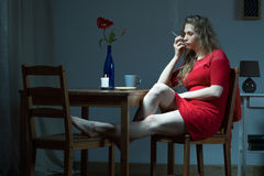 Подавленная женщина на ноче Стоковые Фото
