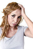 Подавленная женщина смотря отчаянный в мигрени и головной боли выражения стороны боли страдая Стоковые Фото