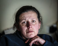 Подавленная и усиленная женщина постаретая серединой Стоковая Фотография RF