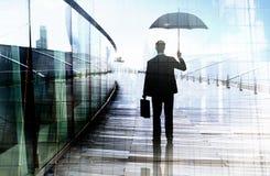Подавленное положение бизнесмена пока держащ зонтик Стоковая Фотография