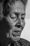 Подавленное сиротливого старшего портрета женщины унылое, эмоция, чувства, заботливый, старшие, старуха, ожидание, хмурый, потрев Стоковое фото RF