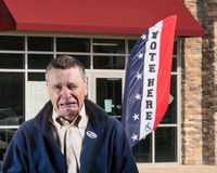 Подавленный избиратель покидая предыдущий избирательный участок на 2016 стоковое фото rf