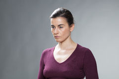 Подавленный красивый выражать женщины 30s обезумевший и пустота стоковое фото rf