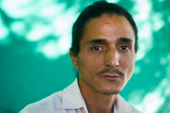 Подавленный молодой человек латиноамериканца с унылым потревоженным выражением стороны Стоковые Фото