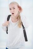 Полагаться на студенте рук-уха слушая молодом стоковое изображение