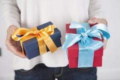 2 подарка в руках женщины Стоковые Фото