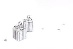 2 подарка на белой предпосылке Стоковые Фотографии RF