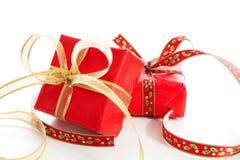 2 подарка на рождество с большим смычком над белой предпосылкой Стоковое Фото