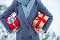 2 подарка рождества в руках outdoors Стоковое Изображение