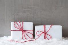 2 подарка с снегом, космосом экземпляра Стоковое фото RF