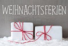2 подарка с снегом, Weihnachtsferien значат праздники рождества Стоковые Фото