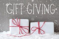 2 подарка с снежинками, давать подарка текста Стоковые Изображения