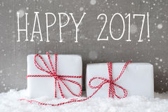 2 подарка с снежинками, отправляют СМС счастливое 2017 Стоковая Фотография RF