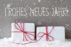 2 подарка с снежинками, Frohes Neues значат счастливый Новый Год Стоковые Фотографии RF