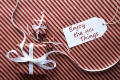 2 подарка с ярлыком, цитатой наслаждаются маленькими вещами Стоковые Изображения RF