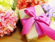 Подарки и красивый букет цветков для предпосылки Дня матери стоковое изображение rf