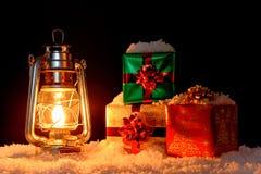 Подарки и масляная лампа рождества на снеге Стоковая Фотография RF