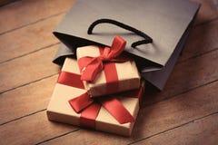 Подарки и сумка стоковые фотографии rf